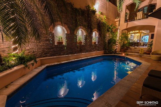 Acanto Condo Hotel & Vacation Rentals: the gorgeous pool and hotel entrance