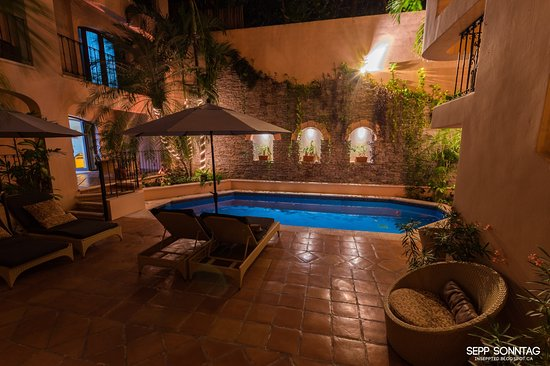 Acanto Condo Hotel & Vacation Rentals: relaxing at night at the pool area