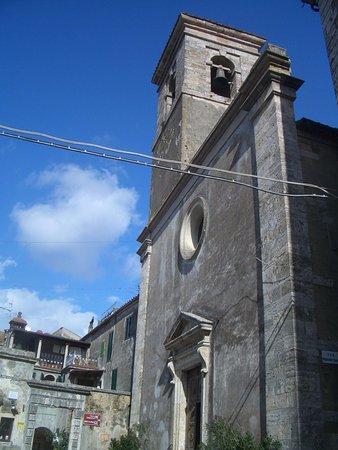 Sorano, Italien: la facciata della chiesa