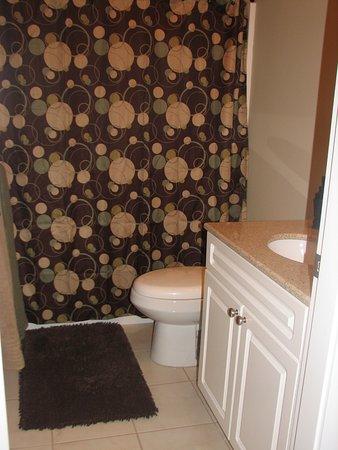 The Chesterfield Inn: Manchester bathroom, shower and tub