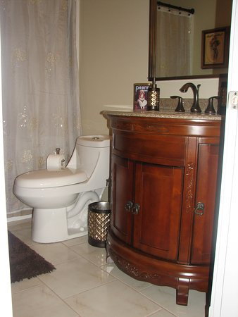 The Chesterfield Inn: Bathroom for the Winchester room, tub and shower combined