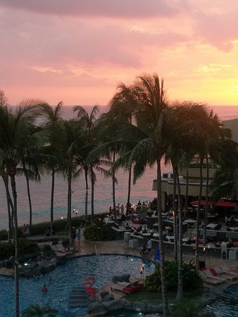 The Royal Hawaiian, a Luxury Collection Resort: Heavenly sunsets!