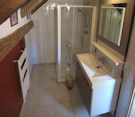 Queige, Francia: Une grande douche, une déco claire et sobre