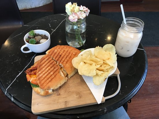 Georgetown, Canada: Chicken Club with Iced Chai