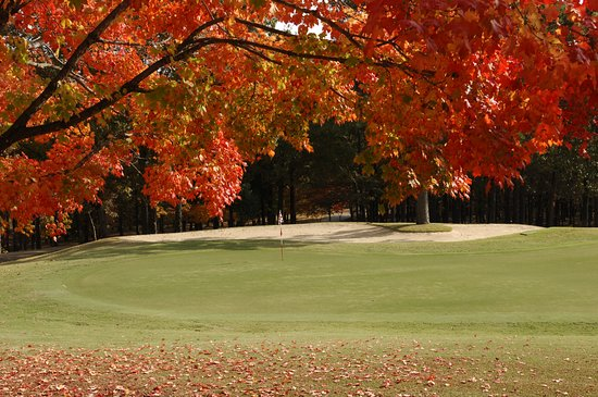 Red Apple Inn and Country Club: Fall golf course view