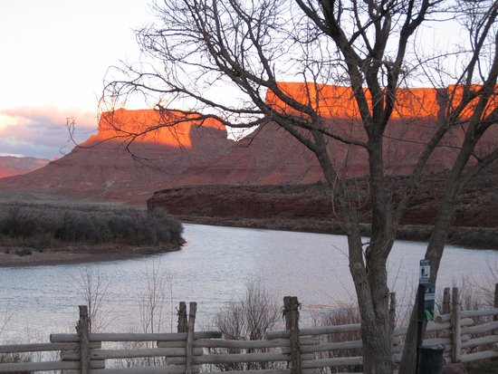 Red Cliffs Lodge: Patio view of the Colorado River