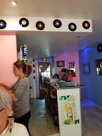 Foix, France: Vue du comptoir depuis l'agréable petite salle à manger .