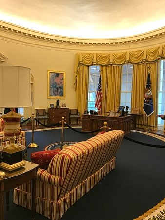 William J. Clinton Presidential Library: The Oval