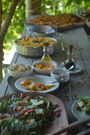 Lookout Inn Lodge: A lunch buffet - salads, rice, pizza - all you can eat.