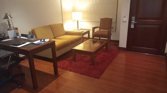 Hotel Estelar Windsor House: Habitación Jr Suite. Tiene una equeña sala y el baño. La habitacion esta separada.