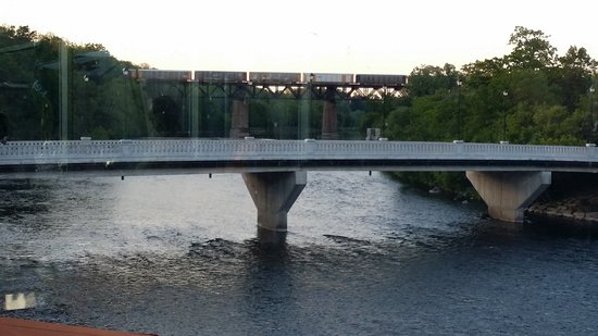 Paris, Kanada: Looking down the Grand River from Hall's. A freight train in the distance.