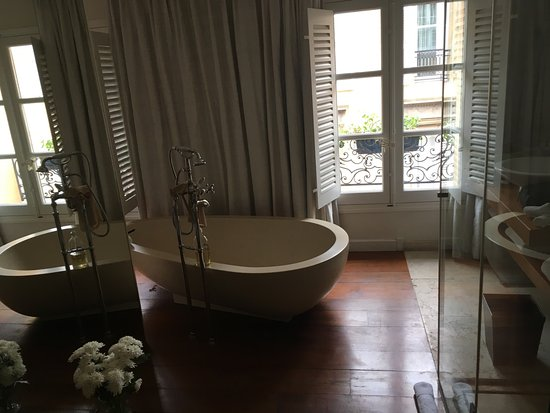 My room with a beautiful tub picture of la maison d 39 aix for Aix en provence location maison