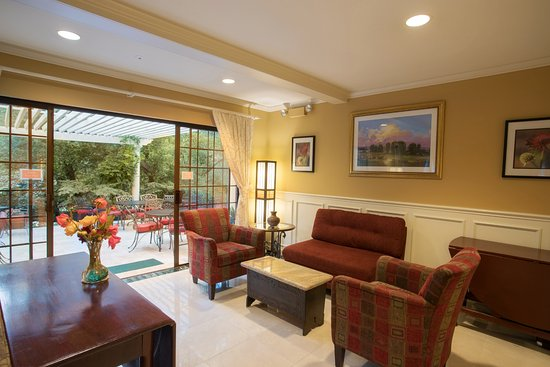 Saratoga, Kaliforniya: Hotel Lobby and Patio for Wine/Cheese Hour