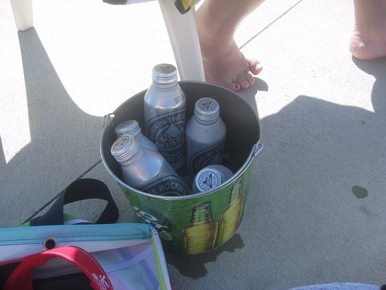Bayley's Camping Resort: Beer in a bucket at the pool