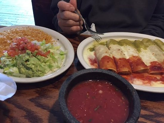 Painesville, โอไฮโอ: Mexican Enchiladas with side of rice