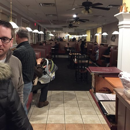 Stafford Springs, CT: Empty tables but had people waiting for booths