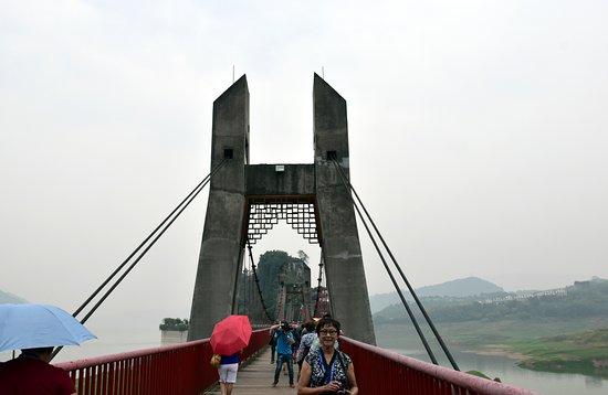 Yangtze River: Wooden suspension bridge to the Shibaozhai Red Pagoda