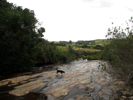 Carrancas, MG: Subindo para o pequeno canyon, margeando o rio