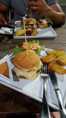 Village Novo: carro cheff hambúrguer, com salado, molho da casa e batata rústica...