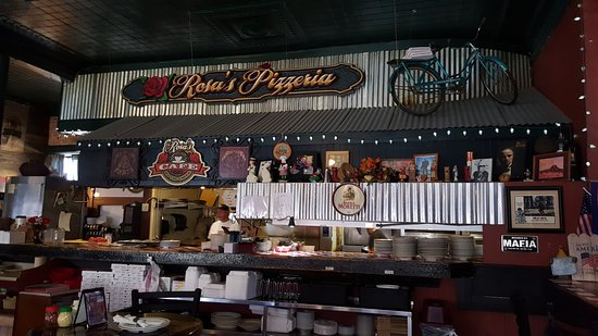 Rosa's Pizzeria: Open kitchen