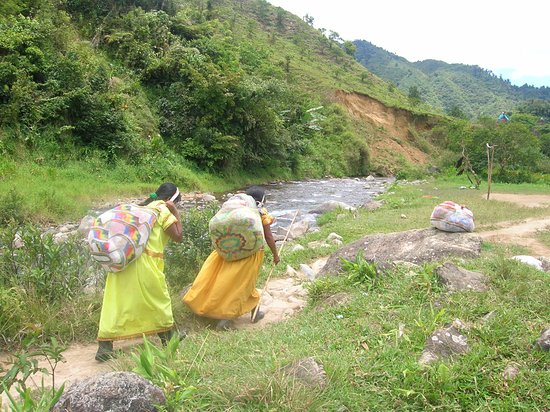 Soloy, Panama: women carrying food home