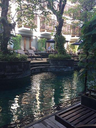 The Oasis Lagoon Sanur: ダナウ・タンブリンガン通りのど真ん中辺り、隣はスーパーのハーディーズ、立地は文句なし。予約は上階のデラックスルームでしたが無料でプールに面したラグーンアクセスルームにアップグレードしてもらえま