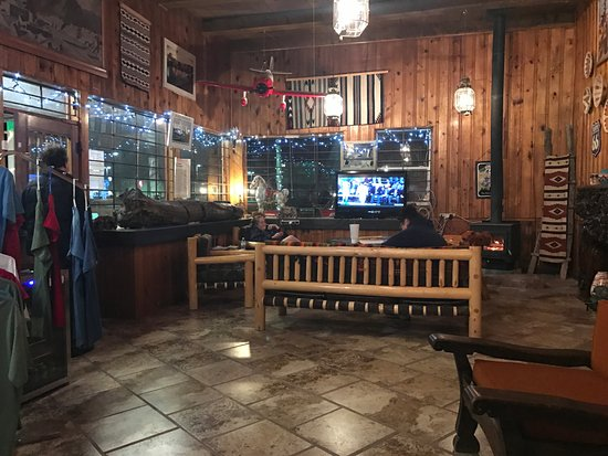 Wigwam Motel: Lobby is cozy cool!