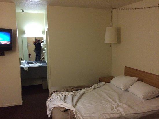 E-Z 8 Motel : Ghetttttooo! Don't stay here!