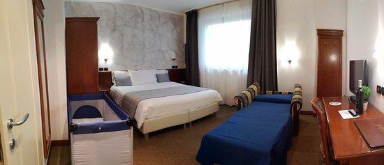 Medea Hotel: Hotel Medea Alba (CN). Suite matrimoniale con poltrona letto e lettino per bebè