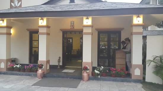 Atithi Resort & Spa: Way to reception