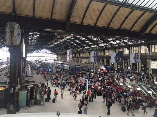 餐廳門口面向里昂火車站大堂,人來人往,很不熱鬧。