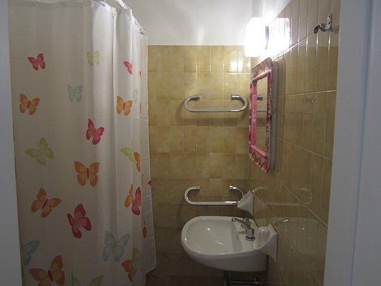 Camera standard con letto alla francese e bagno privato foto di
