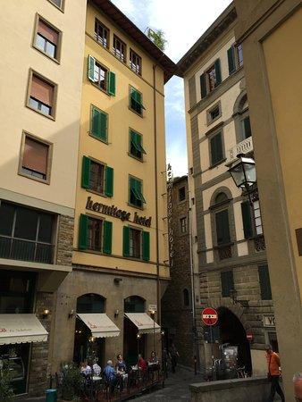 Hotel Hermitage: Vue de la rue, en bordure de l'Arno