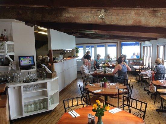 Boat Shed Cafe: Inside & outside sittade