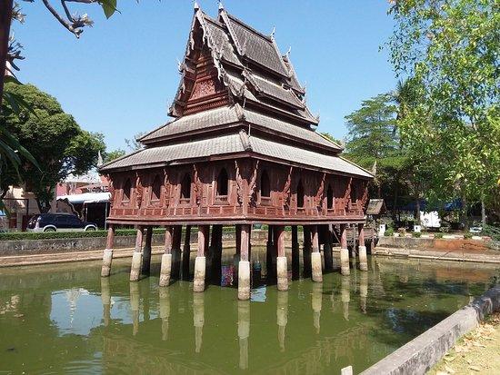 Ubon Ratchathani, Thái Lan: Oude houten bewaarplaats van geschriften