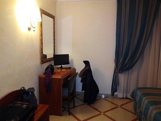 Hotel Regio: Escritorio y televisión