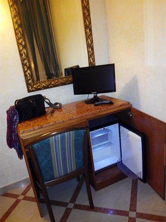 Hotel Regio: Minibar, que no sé yo si funcionaba bien.
