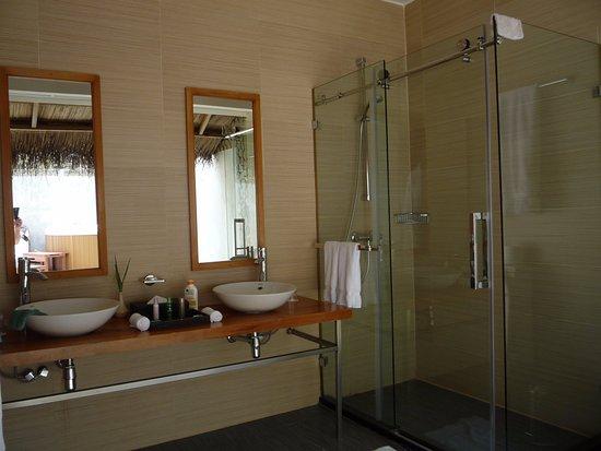 salle de bains ouverte sur le jardin - Photo de Kuramathi ...