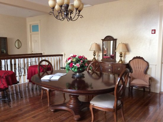 Oak Park Inn: The lovely common area, the extensive snack bar, and some photos of the suite, room #6.