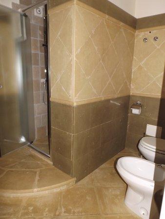 Bagno scavato nella pietra e dotato di tutti i comfort - Palazzo turchi di bagno ...