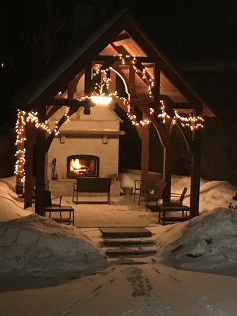 The Alpine Lodge: enjoy the fire at the gazebo
