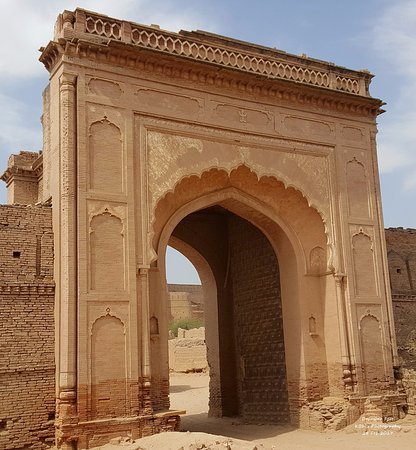 Bahawalpur, Pakistan: Derawar Fort - Main entrance