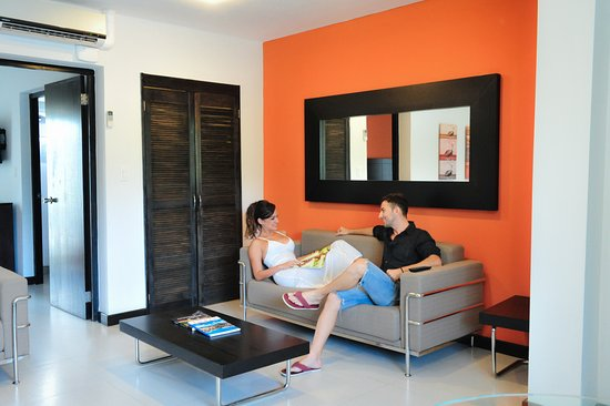 Talk of the Town Hotel & Beach Club: Living area with pull out sofa at One Bedroom Suite.