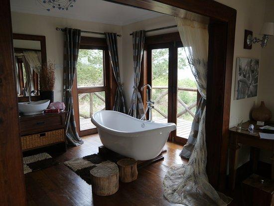 Escarpment Luxury Lodge: Bath with a view