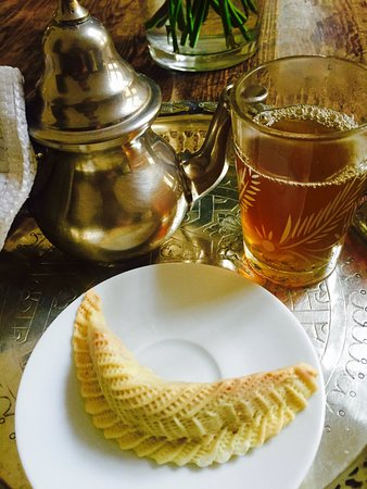 La Tangerina: Welcoming mint tea and dainty pasty on my arrival