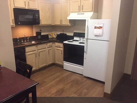 Ashley Quarters Hotel: Kitchen with full size stove and refrig