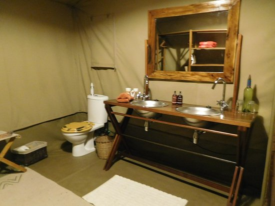 Rekero Camp, Asilia Africa: The roomy bathroom with double sinks and running hot water