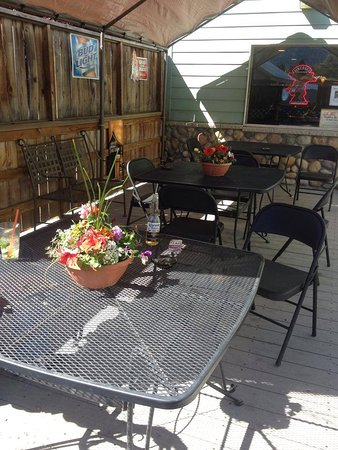 Cle Elum, WA: Our back porch and lounge entrance, as well as designated smoking area.