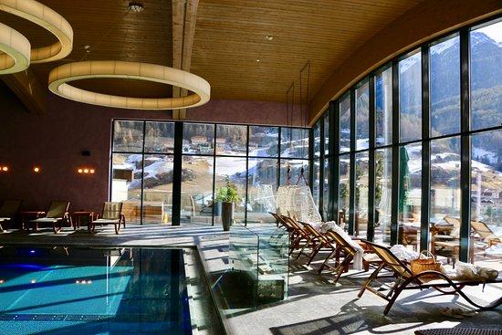 Vu du piscine intérieure SPA - Picture of Bergland Design und ...