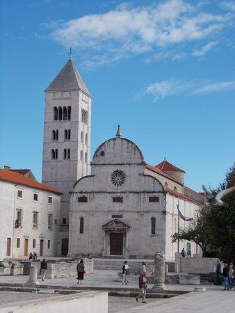 Zadar Cathedral: A szt. Katalin templom, mellette kolostor harangtornya